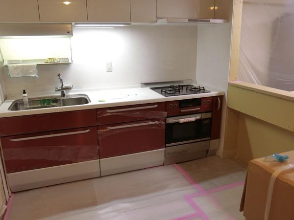 キッチンは白と赤でまとめてみた。好きな色にできるのがうれしい。手元スイッチが感応式なので手が濡れてても平気。